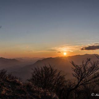谷間に差し込む朝日がオレンジ色の世界をつくり出します。