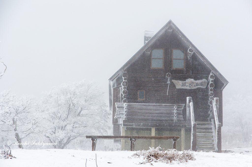 明神平のあしび山荘…粉雪が冬景色を演出してくれました。