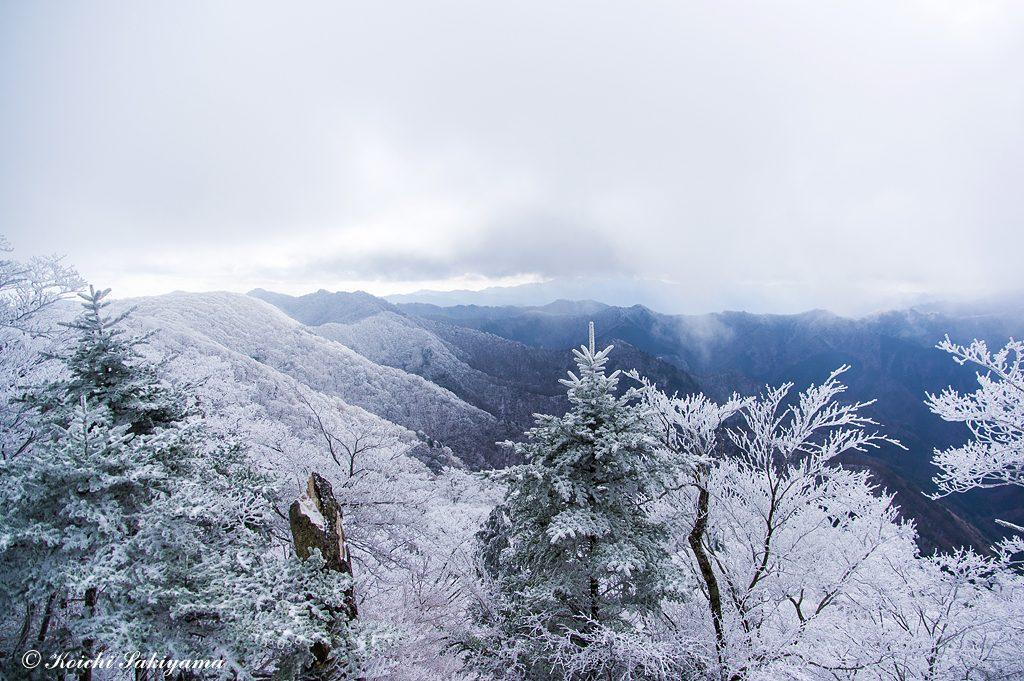 霧氷に包まれた南に延びる台高山脈の稜線