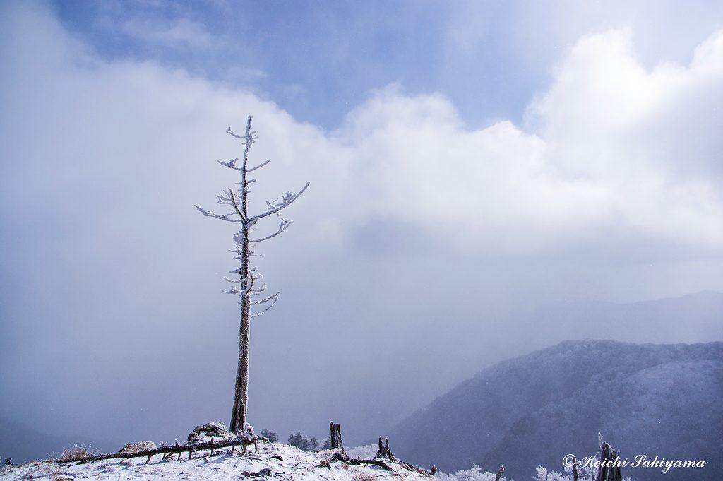 この日は雲と粉雪が舞う天候で眺望は悪く残念でした。