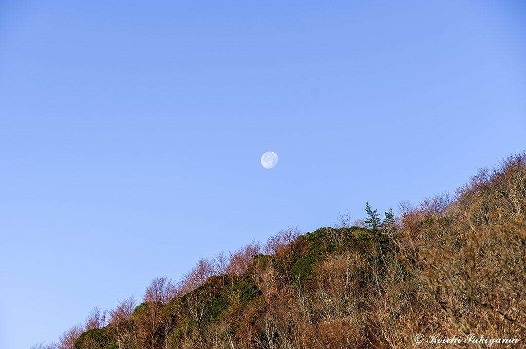 登る朝日に見送られながら沈む月