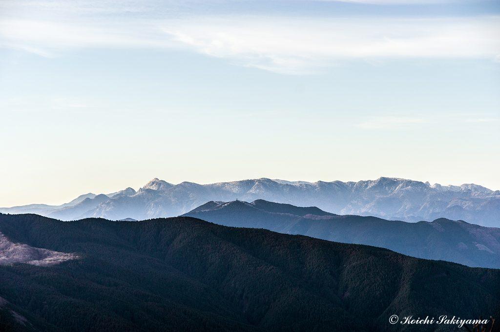 雪をかぶった大峰山脈北部の山並み(左:大普賢岳~右:山上ヶ岳)