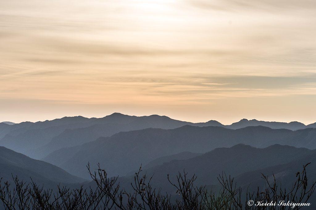 オレンジ色に輝く空に浮かび上がる山並み