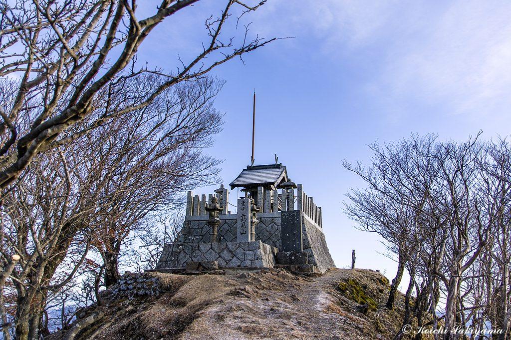 山頂の高角神社…高見山は円錐状の綺麗な神奈備山で古くは、高角山あるいは高水(たかすみ)山と呼ばれ、山と水の信仰を集めていたと言われています。