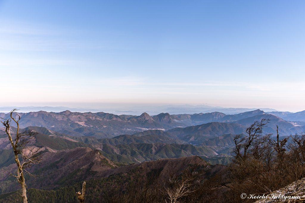 鎧岳、兜岳、曽爾高原、倶留尊山、遠く青山高原、鈴鹿の山々