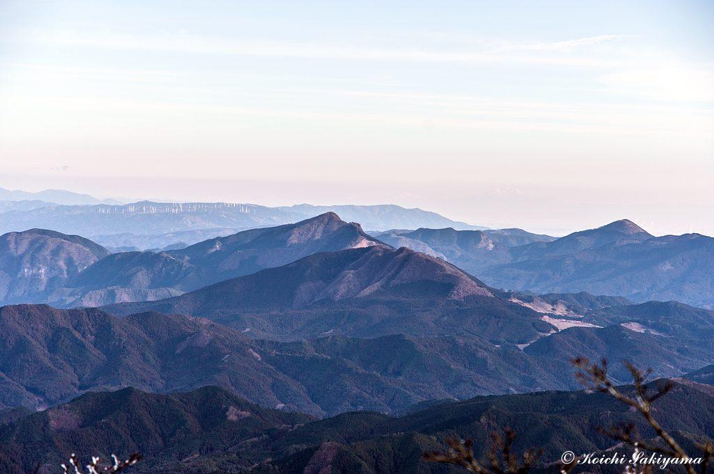 倶留尊山、大洞山、奥には青山高原と風力発電施設