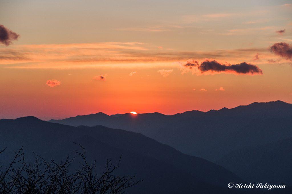 三重県南部の山並みから顔を出す朝日