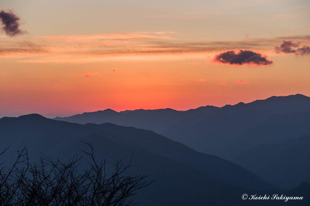 大峠(高見峠)から少し登った場所で日の出を待ちました。