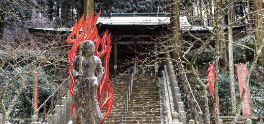 不動明王像と金剛山転法輪寺本堂