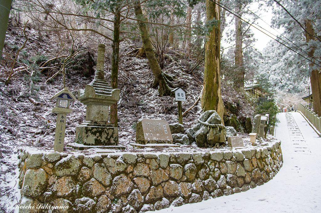 宝剣塔と福石