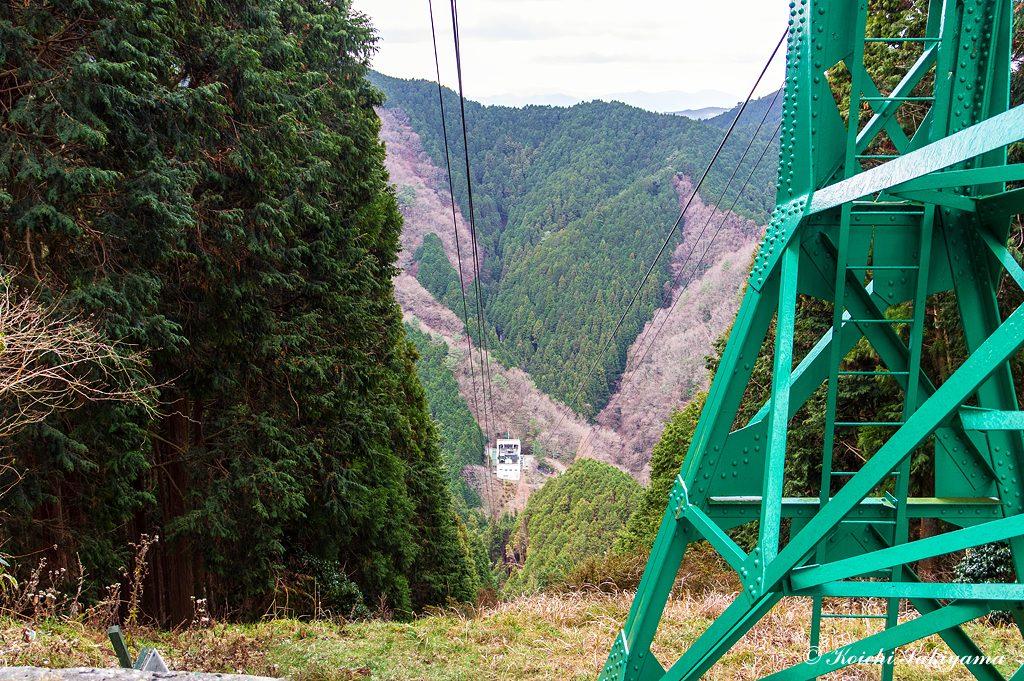 ロープウェイ鉄塔を横切り下ります。
