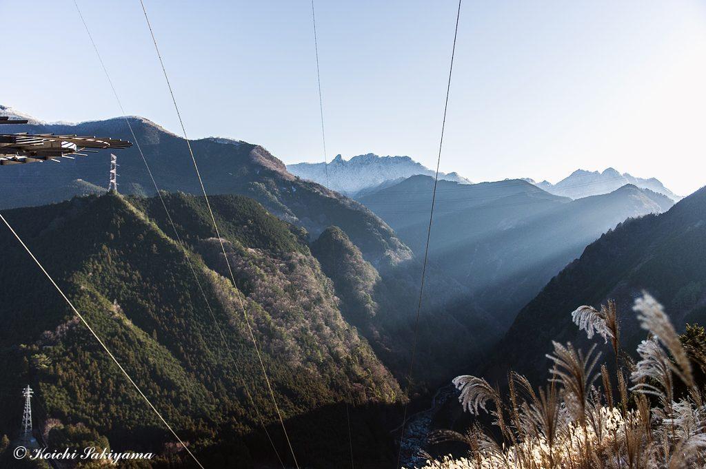 天川村川合から急登を終えると最初の鉄塔下へ…展望が開け観音平、大日山、稲村ヶ岳、バリゴヤノ頭、眼下はみたらい渓谷