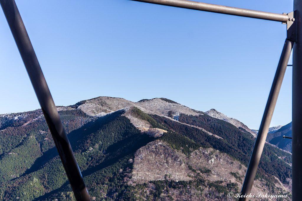 第二鉄塔越しに見る観音平から観音峯山