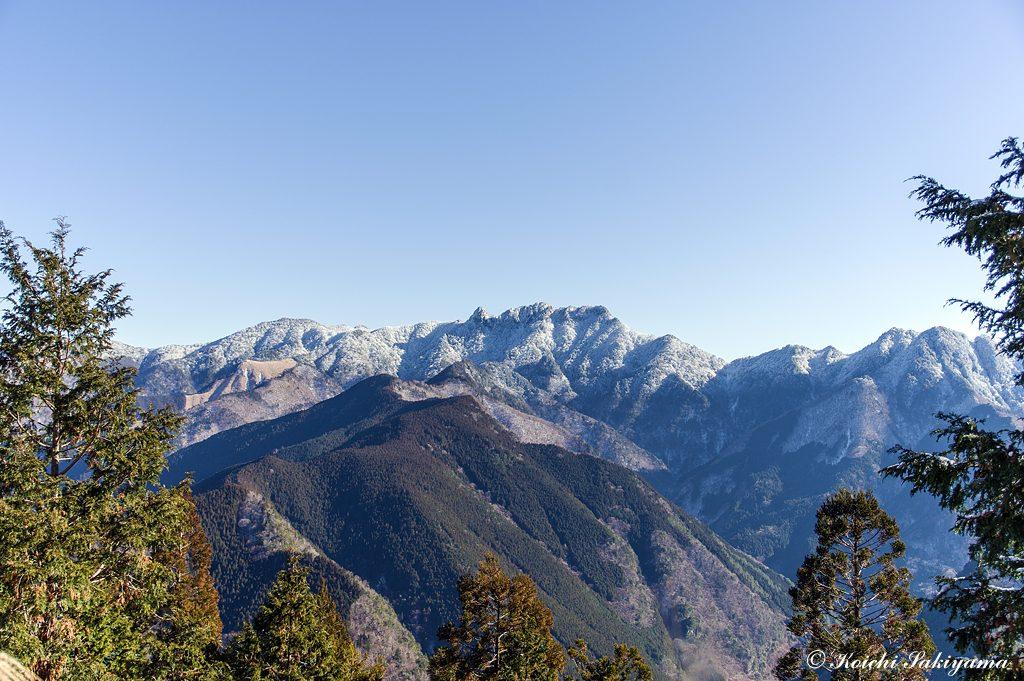 林道出合付近の展望が開けた場所から大日山、稲村ヶ岳