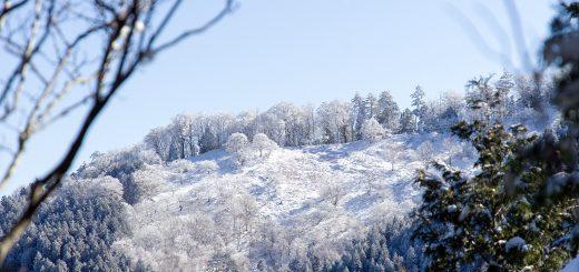 栃尾辻避難小屋手前の登山道から見える天女の舞