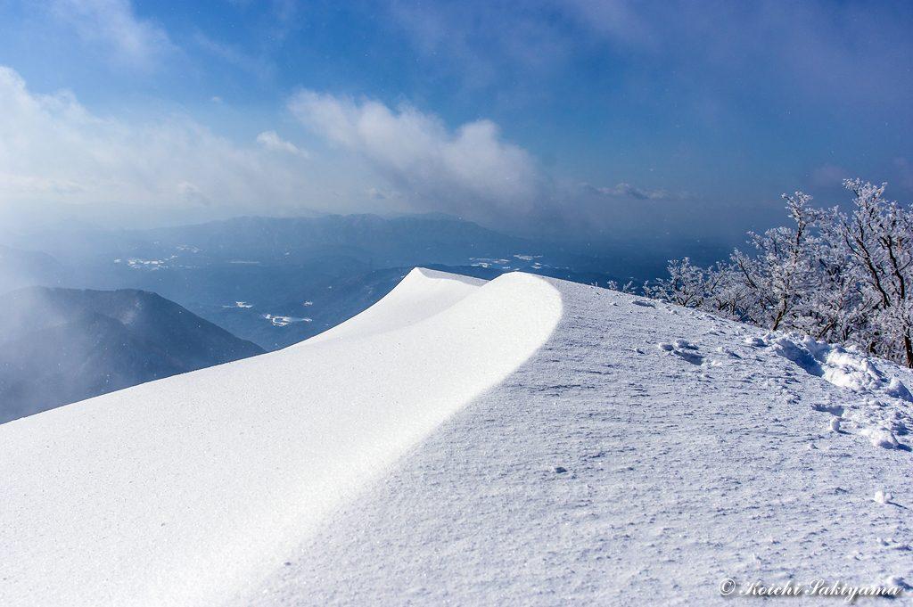 山頂から南に延びる尾根の美しいフォルム