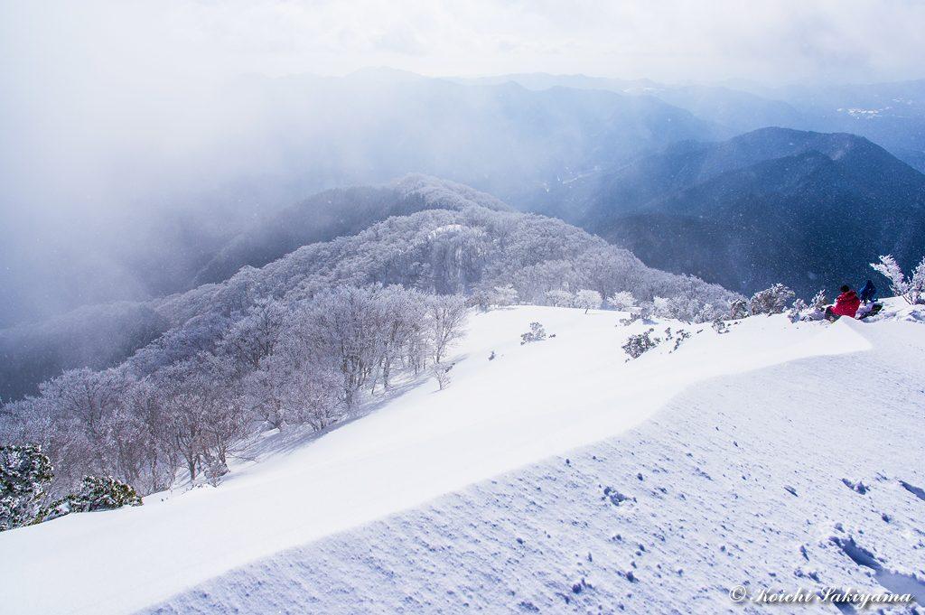 南側尾根の先には、ブナの木平が見えています。綺麗に霧氷がついていますが、ガスが晴れません。青空があれば素晴らしい風景が望めるのですが(^^;