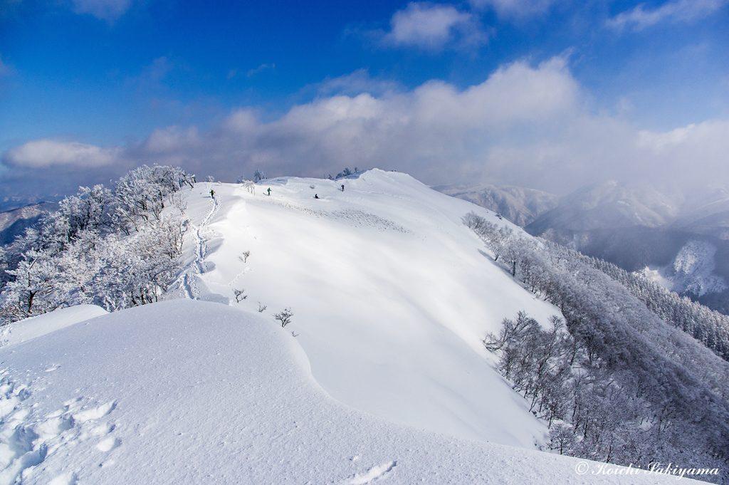 地吹雪とガスが切れた一瞬…この風景が大好きです。のんびり先端部まで歩きます。