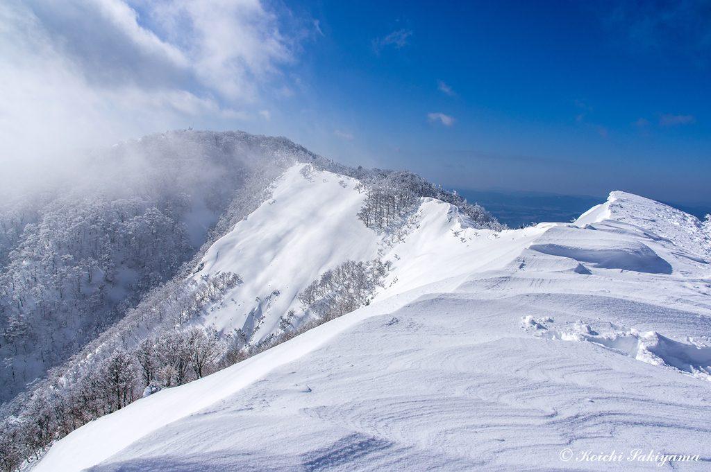 美しい北側尾根ですが、東側斜面は気温が上がると雪崩が起こりやすい場所です。
