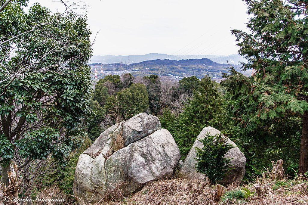 登山口から三国山へ向かうと夫婦岩と出合います。
