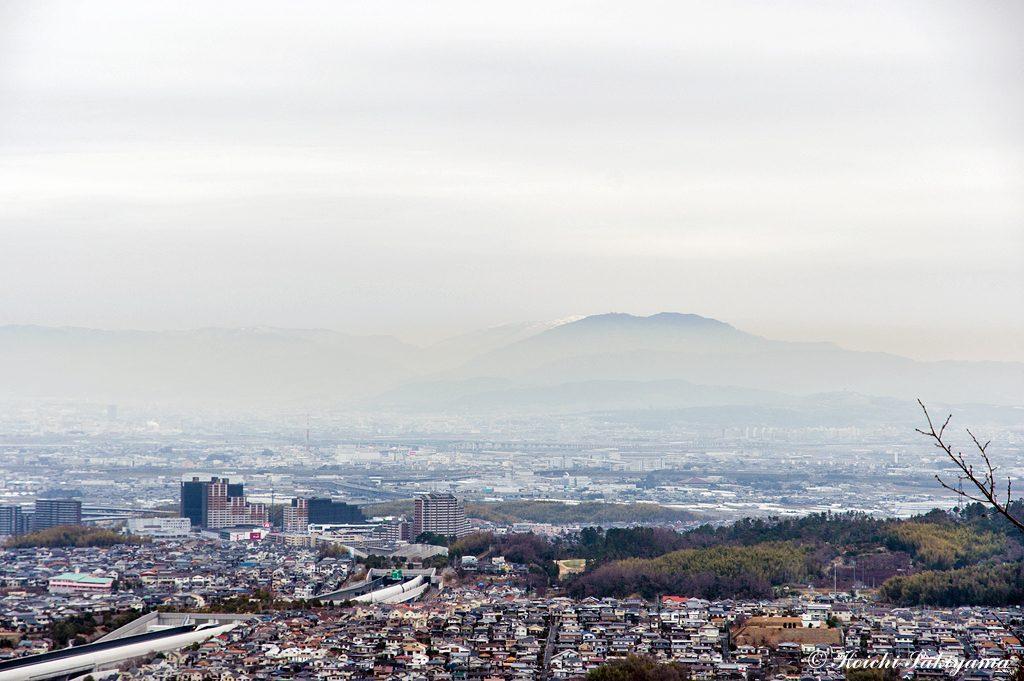 見晴台から比叡山と奥に見える雪をかぶった比良山系の山