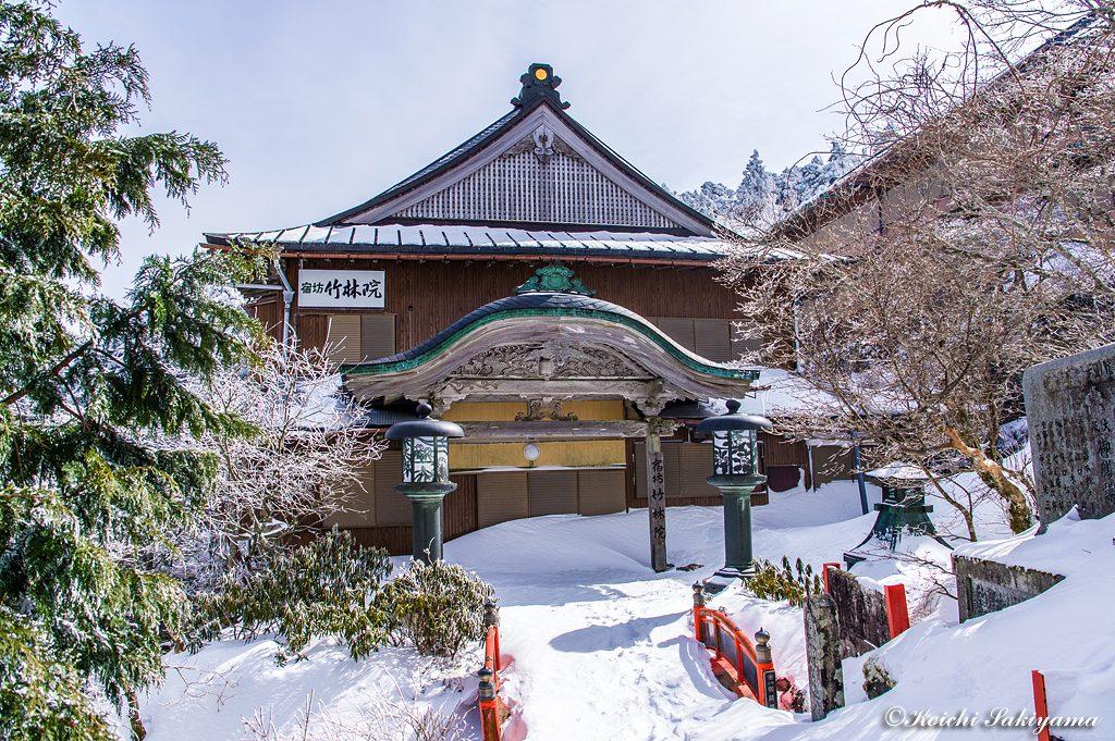 宿坊「竹林院」…宿坊周辺は踏み跡が少なく積雪量も多かったです。