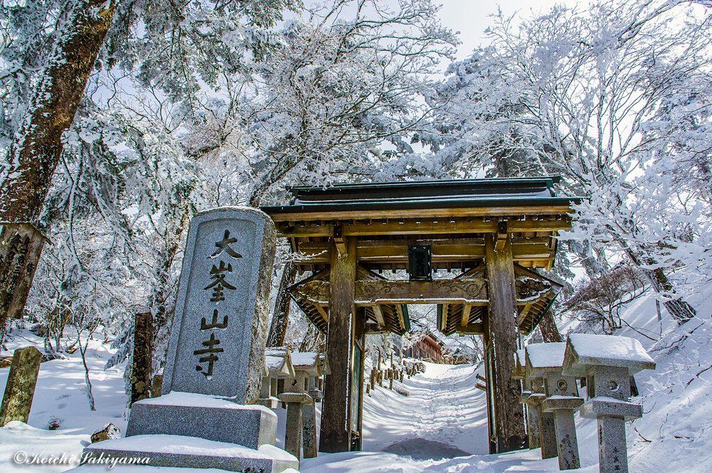 雪景色の大峯山寺妙覚門
