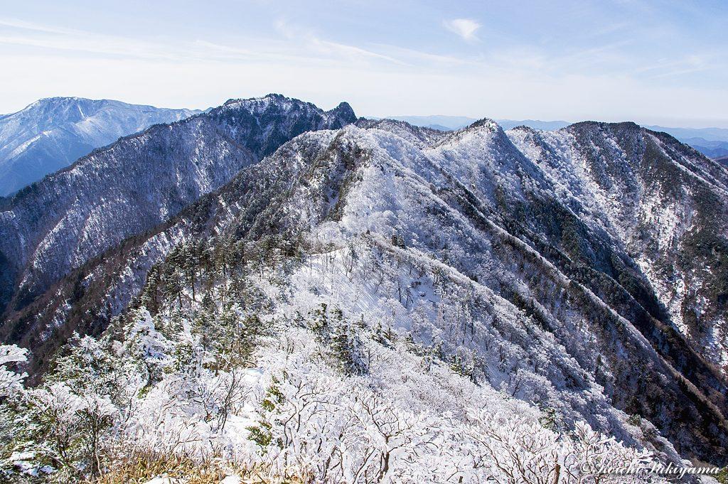 レンゲ辻へ延びる霧氷の稜線…この景色に誘われレンゲ辻へ下山