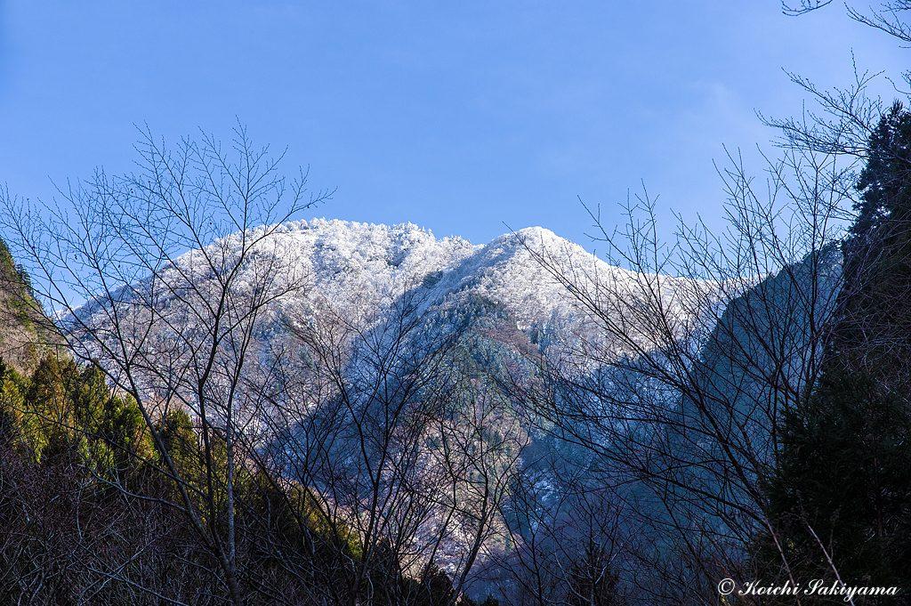 下山時に見上げた稜線は、まだまだ白く最高の日に登れたことに感無量