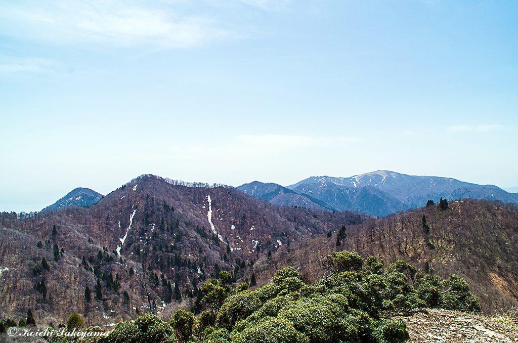 登ってきた中峠から蓬莱山への眺望