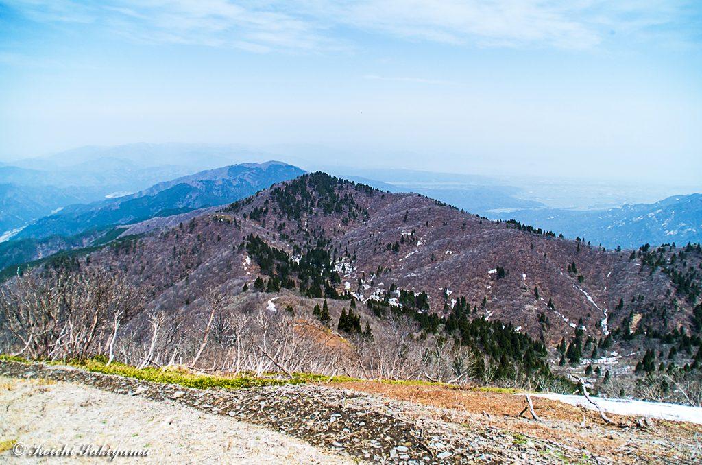 山頂から北稜と奥琵琶湖