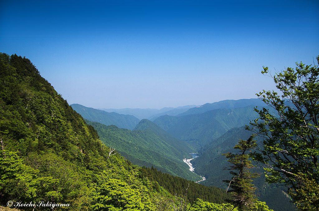 西側眼下にトカサ尾、川迫川と川迫ダム