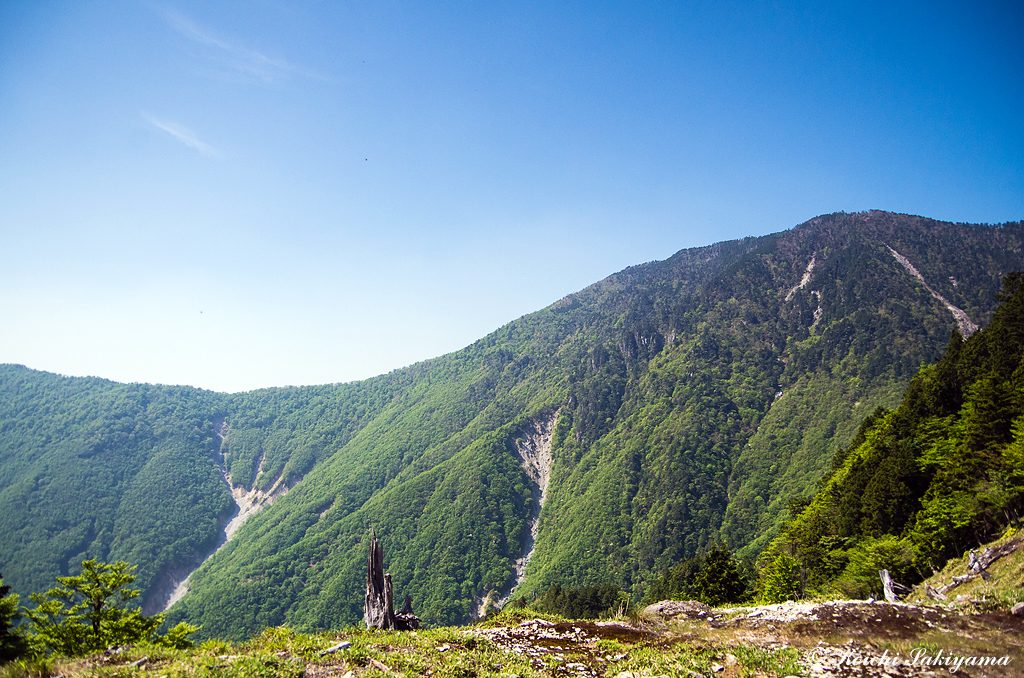 ザンギ平から弥山と聖宝谷(左の崩落個所)