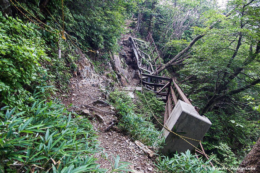 桟橋の崩落個所…補修には時間がかかりそうですが、慎重に通過すれば大丈夫です。