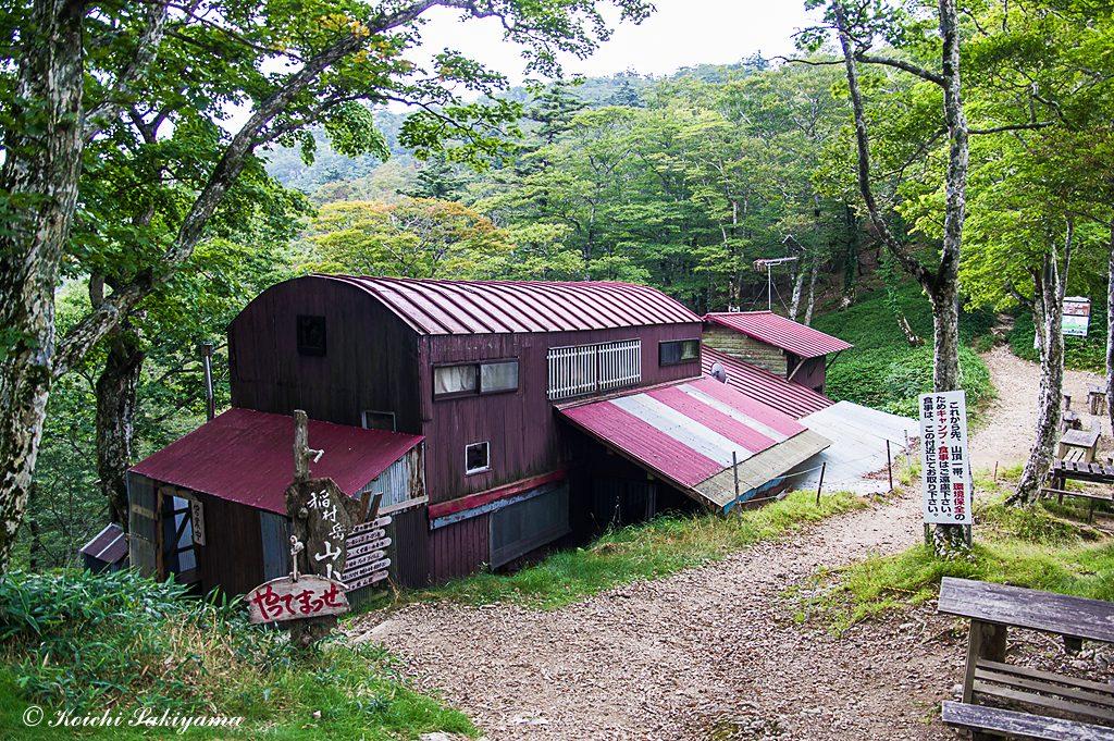 稲村岳山小屋…環境保全のためにも食事はこの辺りで採るようにしましょう。