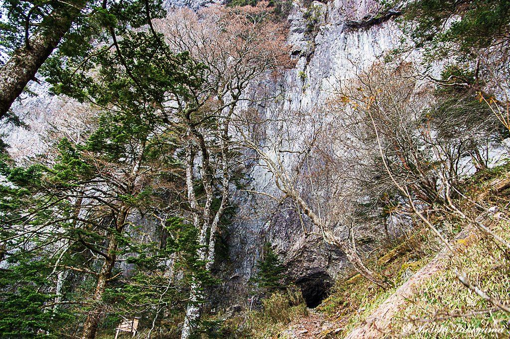 笙の窟のある岩壁
