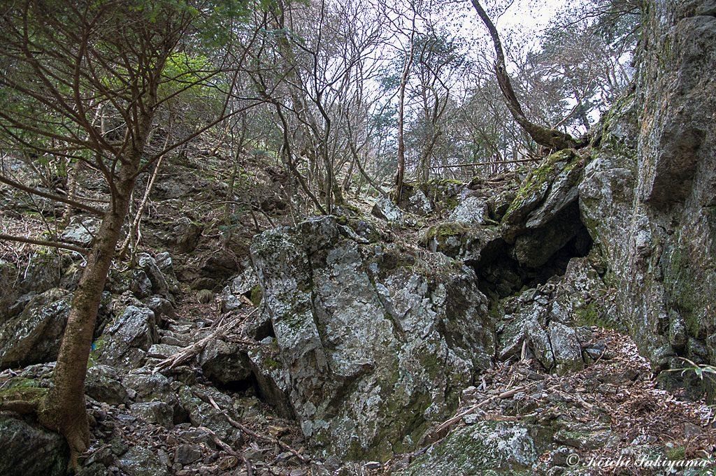 日本岳のコルへの岩場