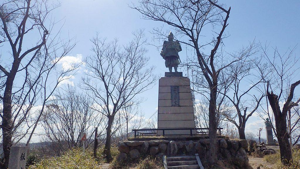 飯盛山山頂の楠木正行像