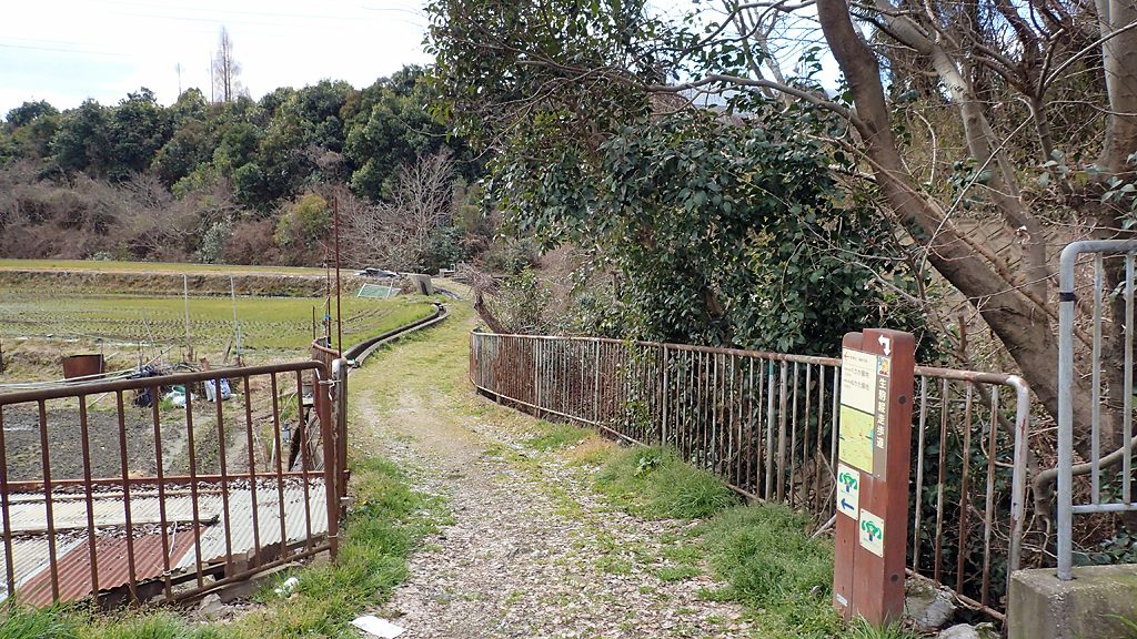 阪奈道路際の登山口
