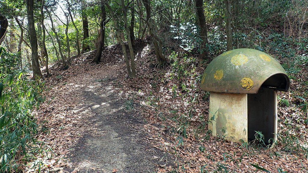 大坂の園地でよく見かけるキノコ型避難ドーム(雷除け)
