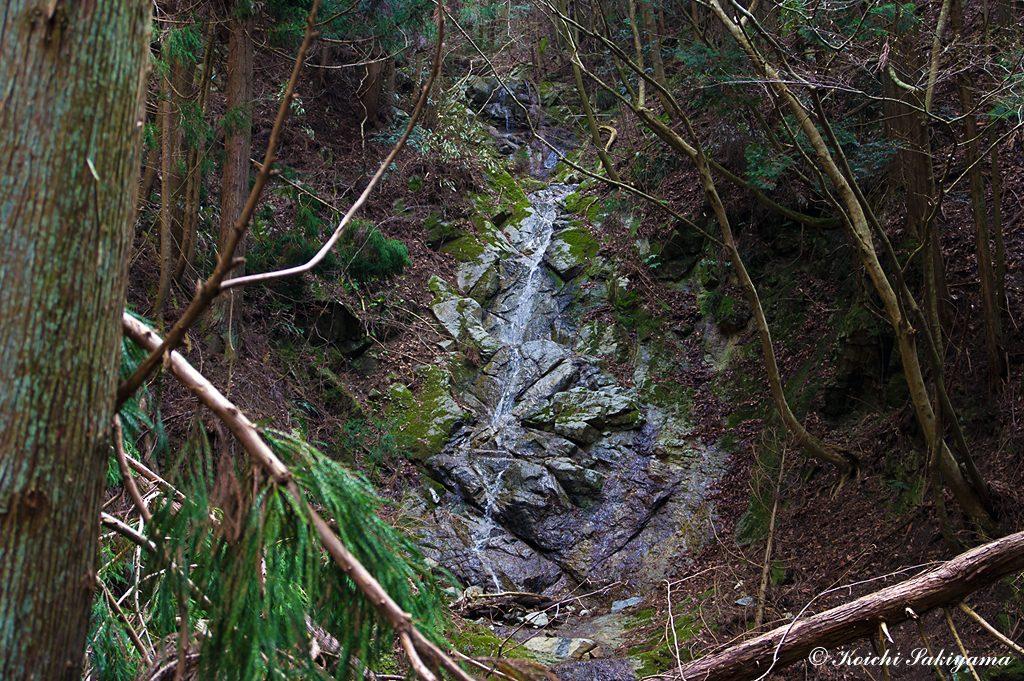 一の滝…水量はいつも少なく糸を引くような流れ