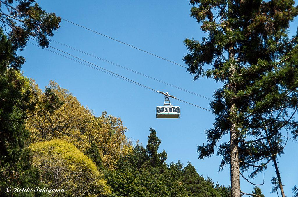 上空に山頂へ向かうロープ―ウェイ
