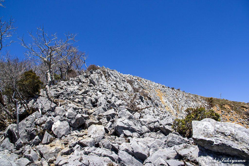 山頂台地への最後の岩場を急登